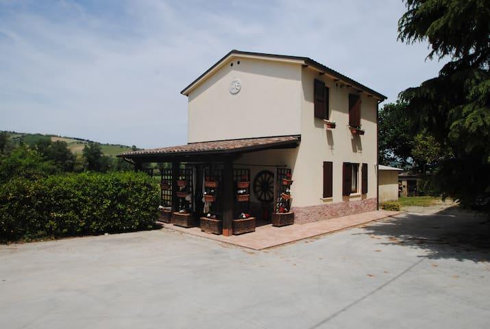 Villetta singola, giardino e piscin - Montalto delle Marche - Talo