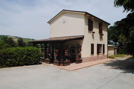 Villetta singola, giardino e piscin - Montalto delle Marche