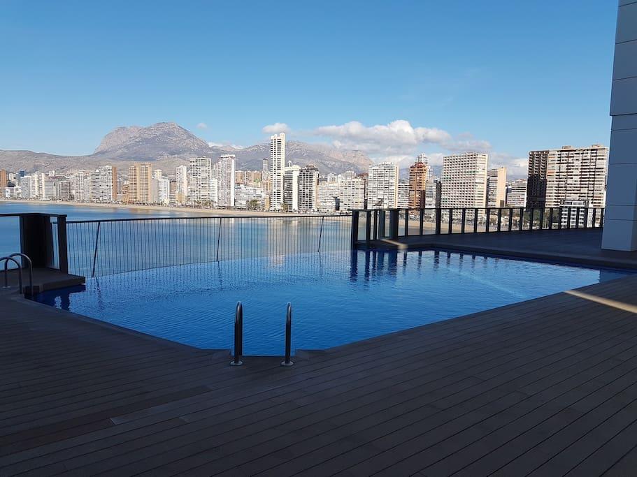 Вид из бассейна. Pool view.
