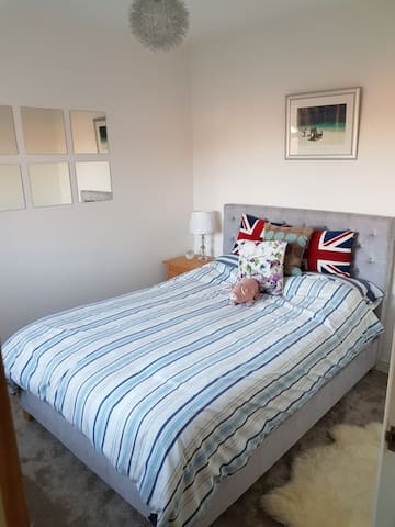Modern & comfortable single bedroom, quiet, clean.