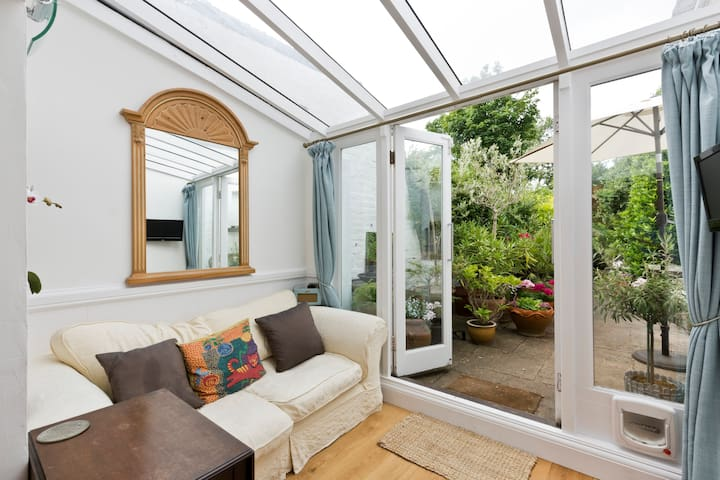 Garden view in Richmond/Petersham + free parking