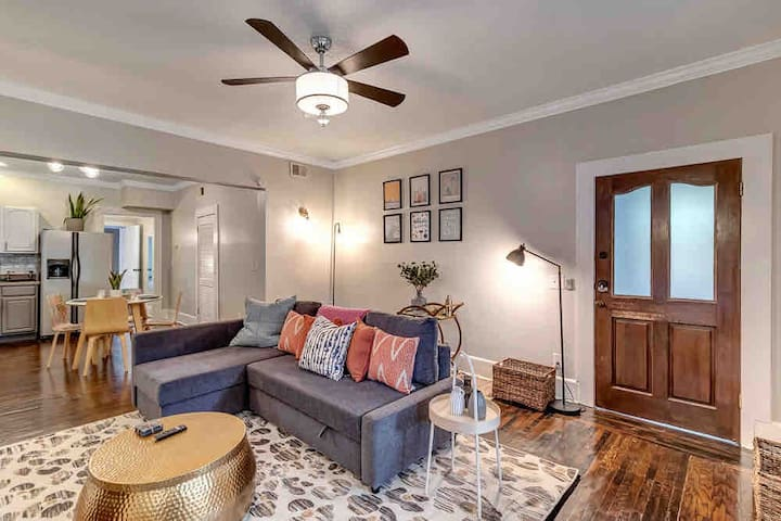 Cozy apt w/large deck - 2 blocks from 5 Points!