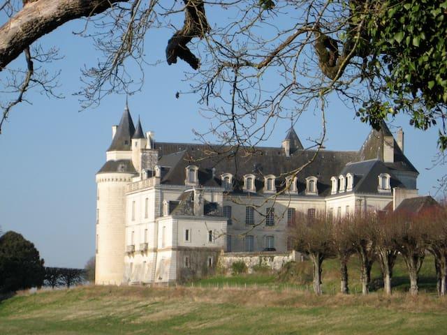 Maison familiale avec accès direct à un château