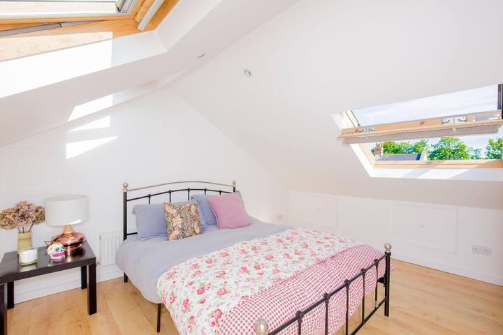 Lovely double bedroom in Chiswick