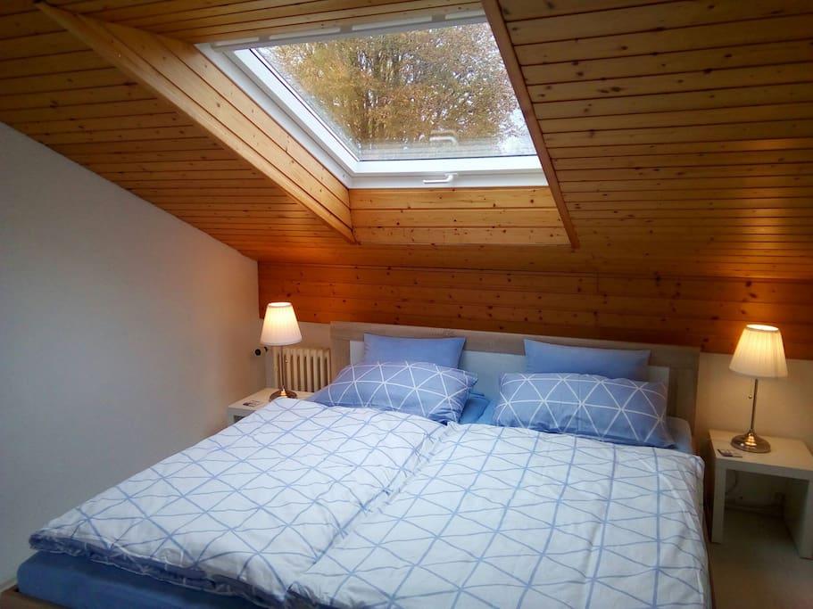 Gemütlicher Schlafbereich mit Blick in den Sternenhimmel, Bett 1,80 m breit, neues Dachfenster mit elektrischem Rolladen