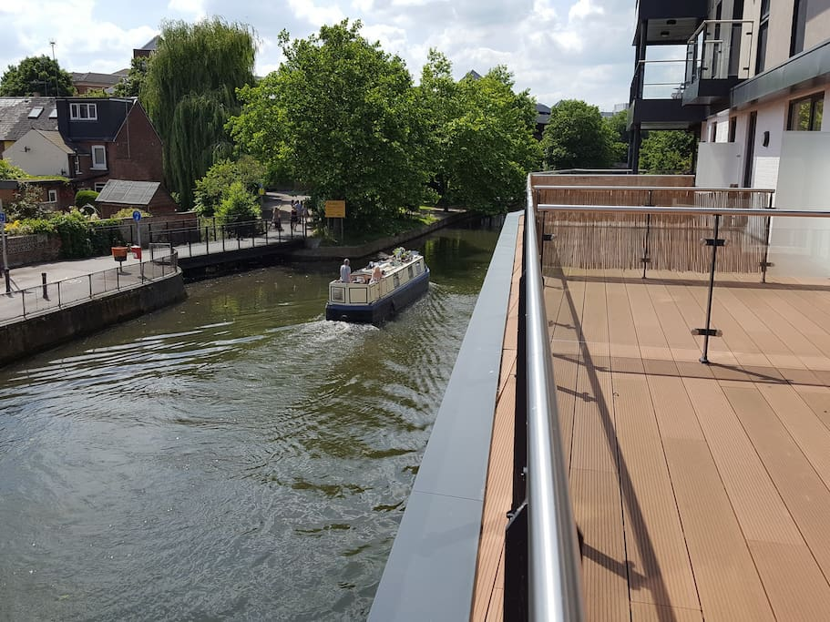 Outside terrace of about 27 sq metres overlooking the River Kennet, with outdoor furniture