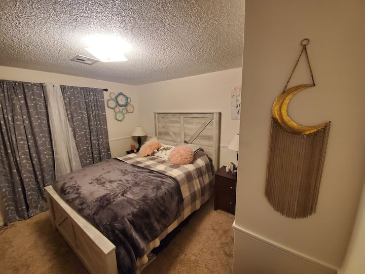 Cozy private room w/ high speed wifi & comfy bed.
