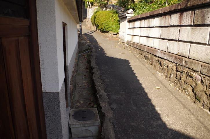 のんびりくつろげる和室。日本の古道「竹内街道」が目の前。 - Habikino-shi - Hus