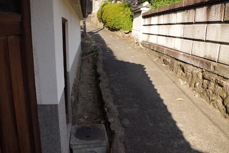 のんびりくつろげる和室。日本の古道「竹内街道」が目の前。 - Habikino-shi - Dům