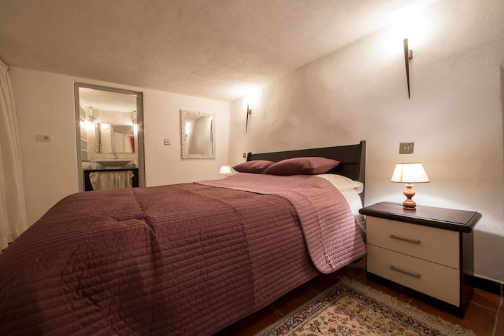 Snug and very silent bedroom with queen size bed