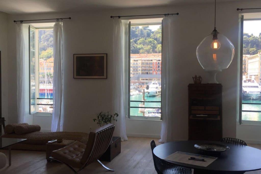 Salon spacieux et lumineux avec une jolie vue sur le port /Bright and spacious living room with a great view on the Harbour