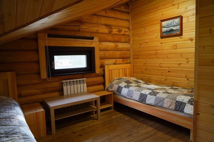 Двухместный номер в доме из бруса с видом на лес.