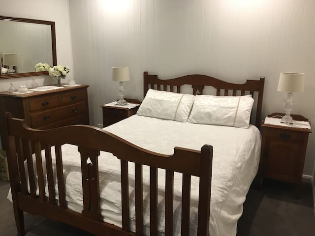 Toowong/St. Lucia Queenslander Bed and Breakfast