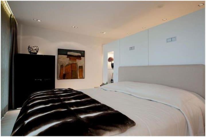 Sunny Luxury 4 Bedrooms Apartment