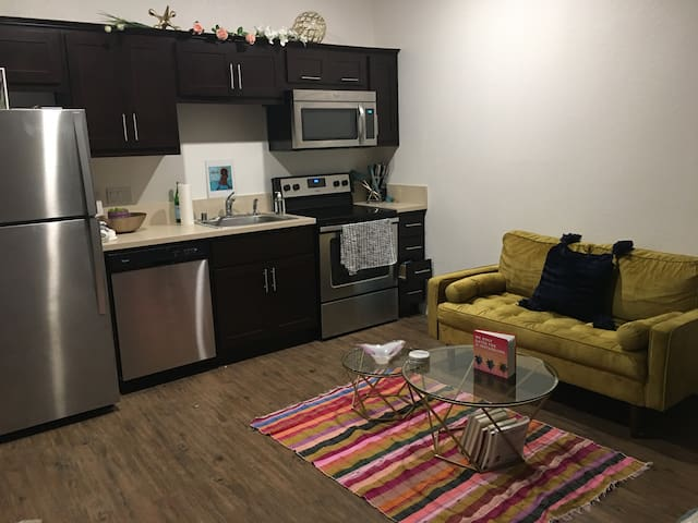 Hip Downtown Oakland Studio- 5 min to Lake Merritt