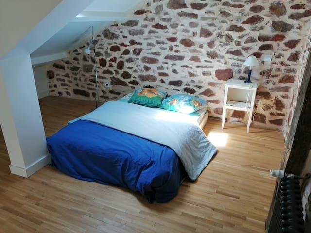 La chambre avec 2 lampes