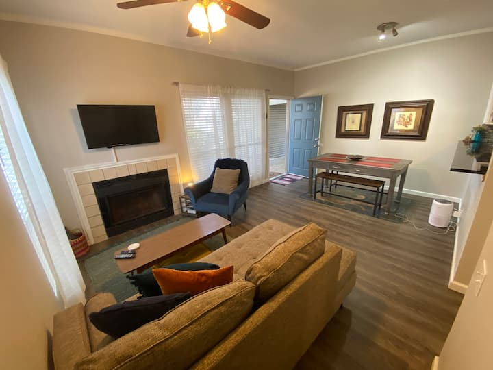 Updated 1/1 condo 1 mi to downtown! W Pool!