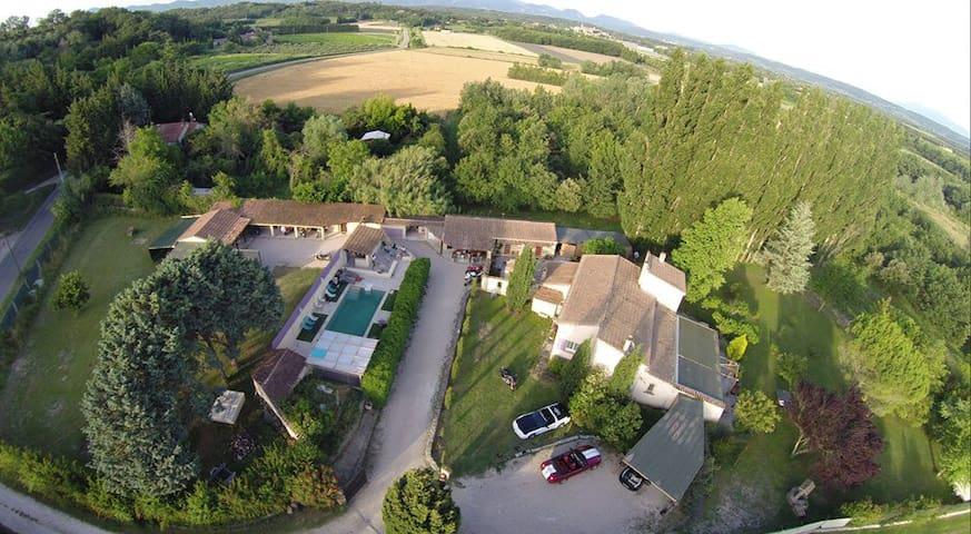 Propriété avec piscine  en   Drôme provençale