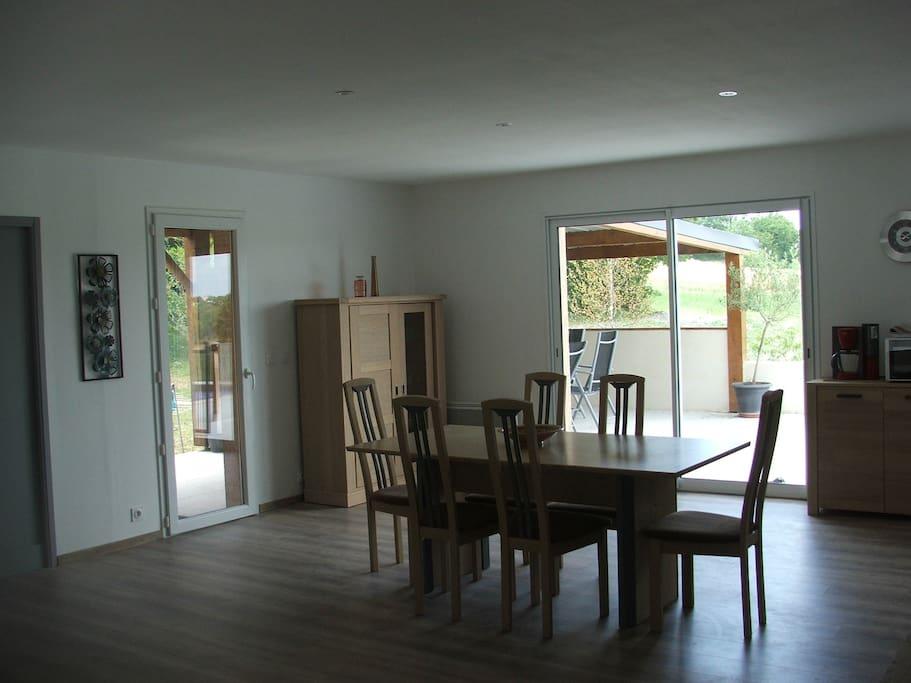 salle à manger avec accès à la terrasse