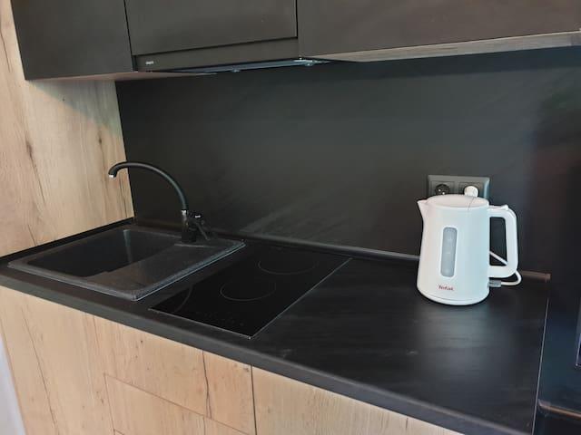 Кухонная зона, плита, чайник, кофеварка, мойка, посуда