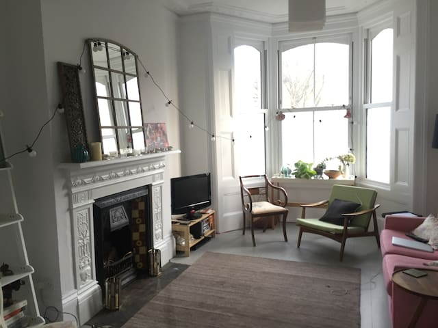 Lovely & large double room 2 stops from Kings X - London