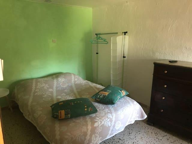 Espace commun équipé d'un lit clic-clac, lit parapluie et tv