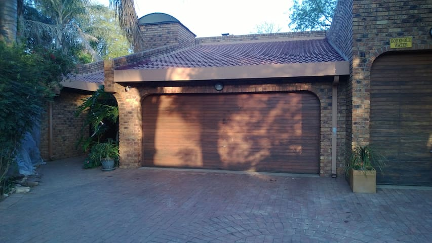 Tranquil area close to airport. - Benoni - Huis