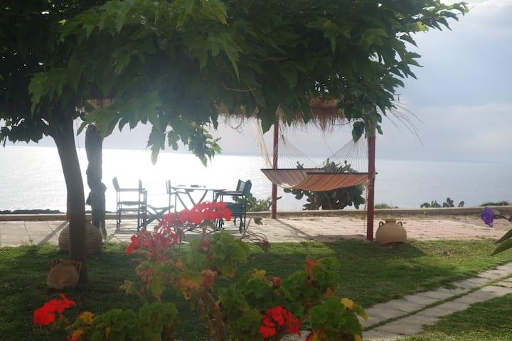 Villa Louisa Kaliora, facing the sea