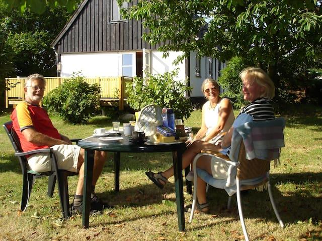 Fredeligt beliggende landhus og anneks nær Gudhjem - Gudhjem - Mökki