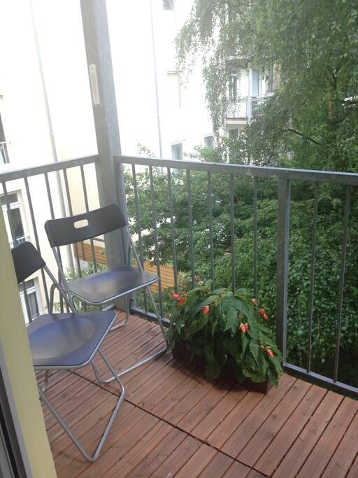 Balkon mit Blick in den grünen Hinterhof
