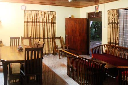 комната в доме 70м от океана - Boossa