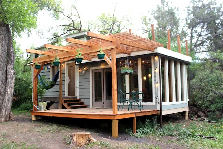 Romantic tiny house for a wine crawl weekend!