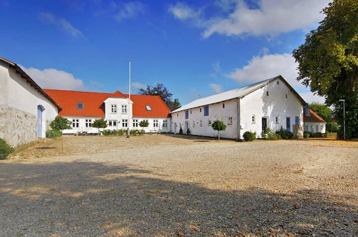 Bo på Slotsgaarden  i Jels by.