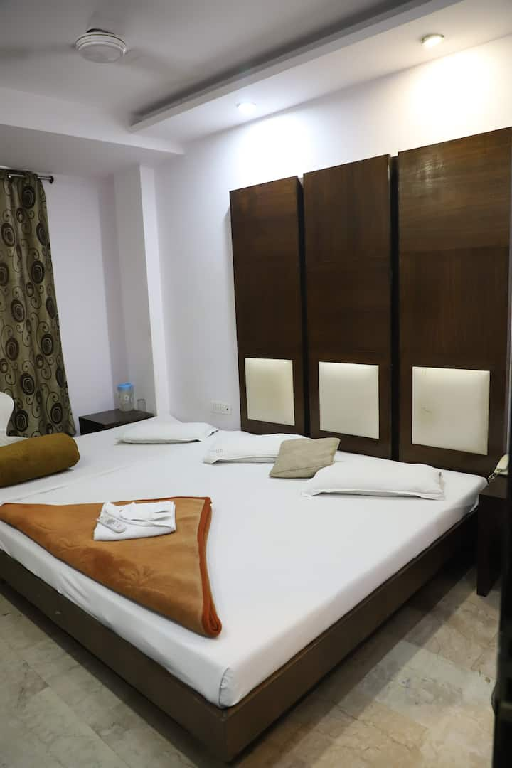 AFFORDABLE TRIPLE BED AT CENTRAL DELHI