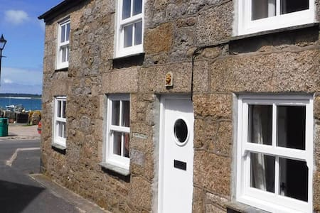 Traditional 3 bedroom cottage with sea views