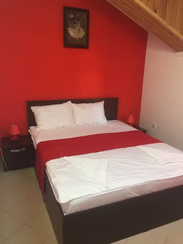 Red bedroom for 2 persons in Mamaia