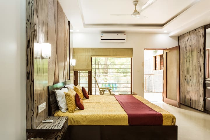"""Eternal Sunshine Room"" Near Airport- Just 10 Mins - New Delhi - House"