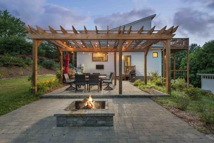 3mi to DT, patio w/fire pit/ views/ spacious/clean