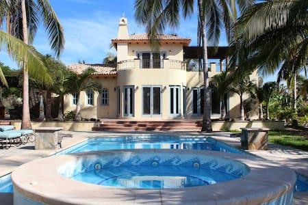 Flora de la Rosa - Private Villa Steps to Beach