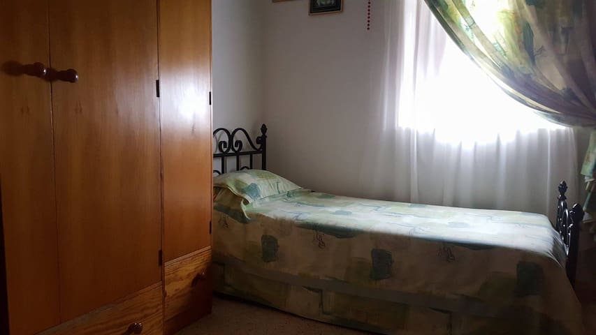 Single room - Ħal Qormi - Apartment
