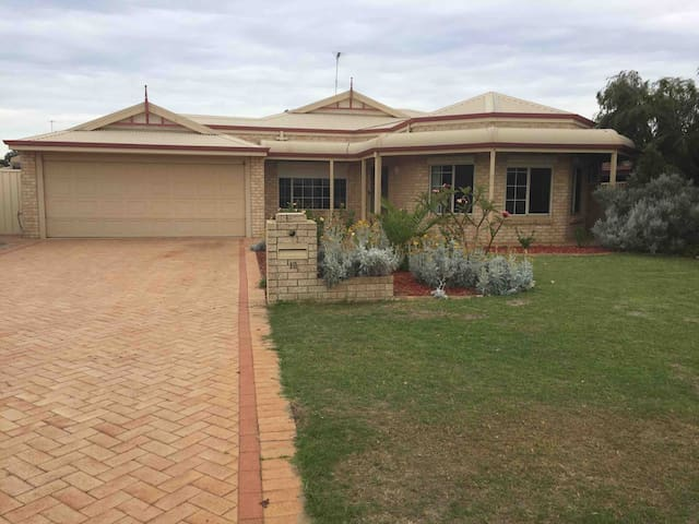 Family friendly home 150m from  lovely dog beach