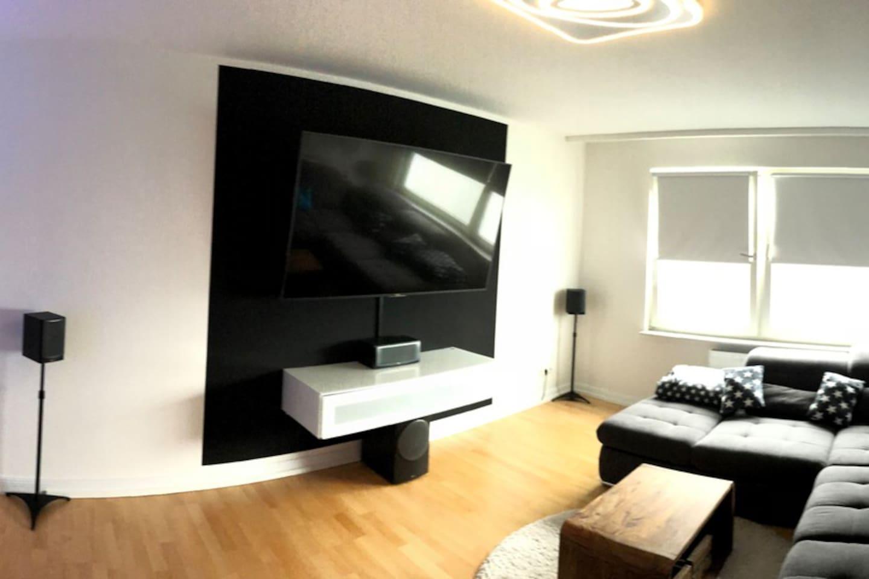 """Wohnzimmer mit 75"""" TV"""