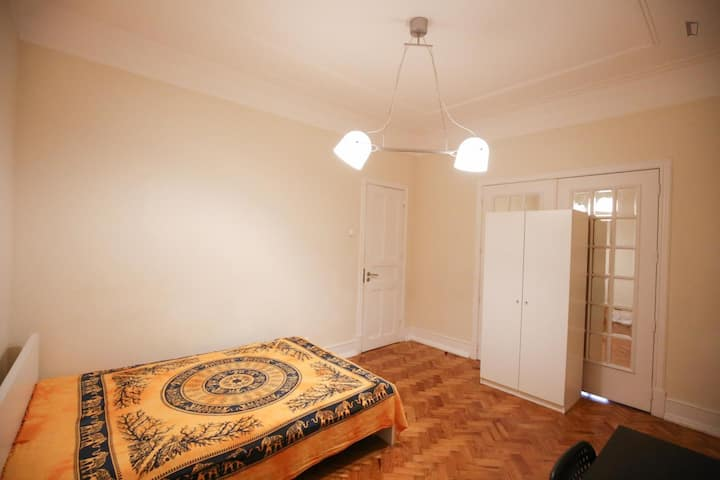 Spacious room with a double bed in the center