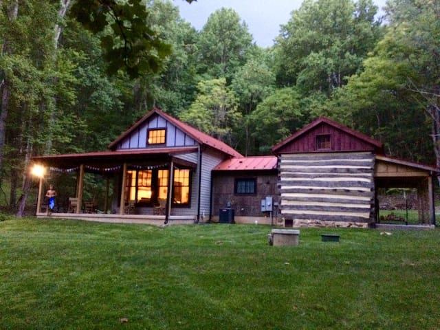 Cozy & comfy old log cabin near Washington, VA
