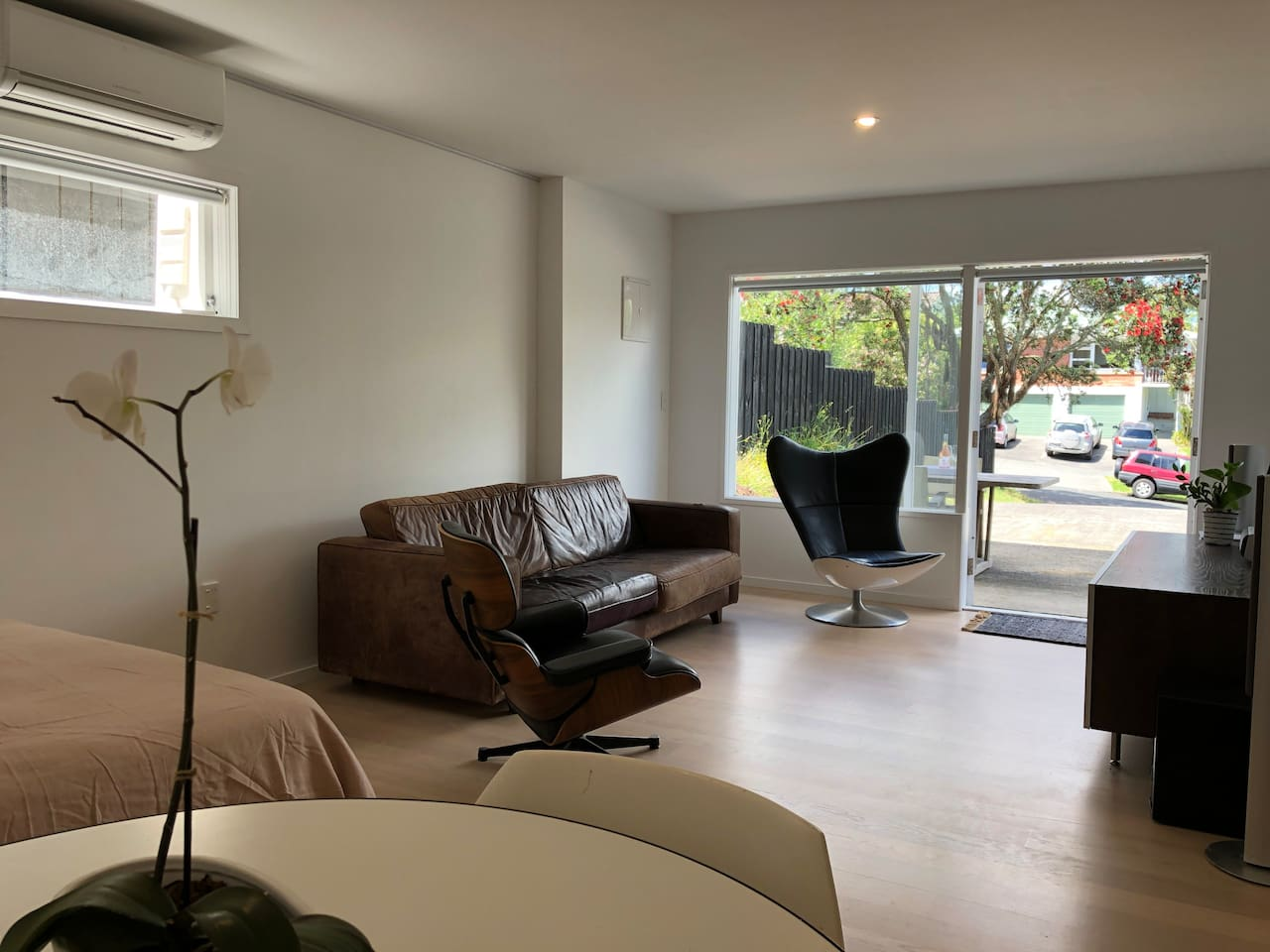 Light Vanilla Oak timber flooring and contemporary furniture enhances an open plan clean, stylish and modern space. Fresh painted walls are insulated to retain the temperature. A heat pump and 'mini-kitchen' serve for ease of function and comfort.