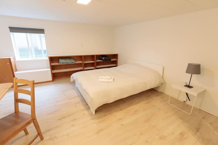 Cozy 2 Bed, 1BR1Bath across Oakridge Mall Skytrain