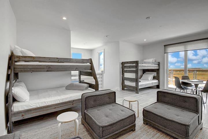 Lively Beach 1 Bedroom, 2 Bathroom with Full Kitchen, Loft & Deck - Loft