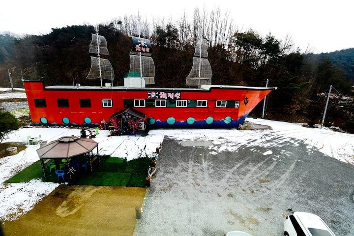 안동 해적선 2호방 파티장과 바베큐장 무료사용 1층 3인실 1인가격입니다.