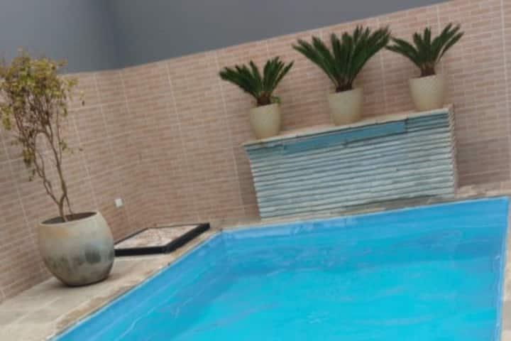 Casa com piscina e churrasqueira em frente à praia