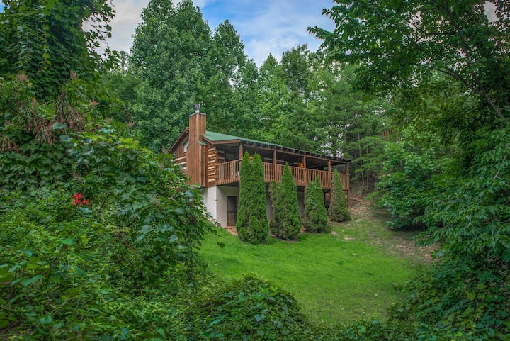 Dog-friendly cabin in the woods w/hot tub -near hiking trails
